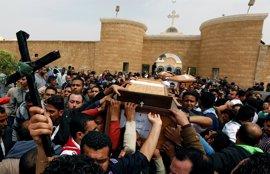 Cientos de personas acuden en Alejandría al funeral de las víctimas del atentado contra una iglesia copta