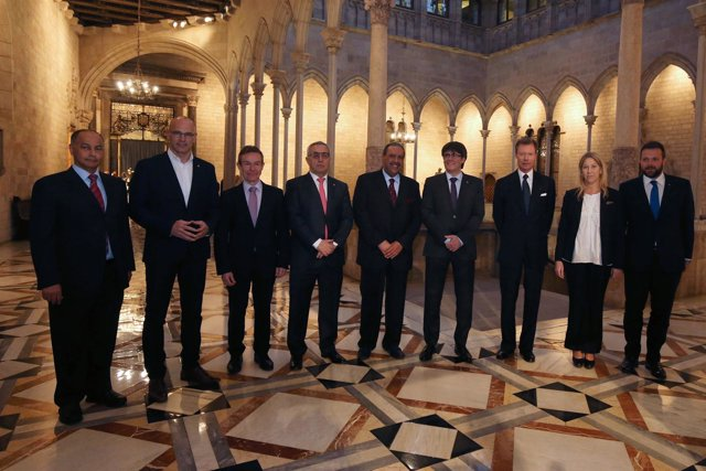 Carles Puigdemont con miembros del COI