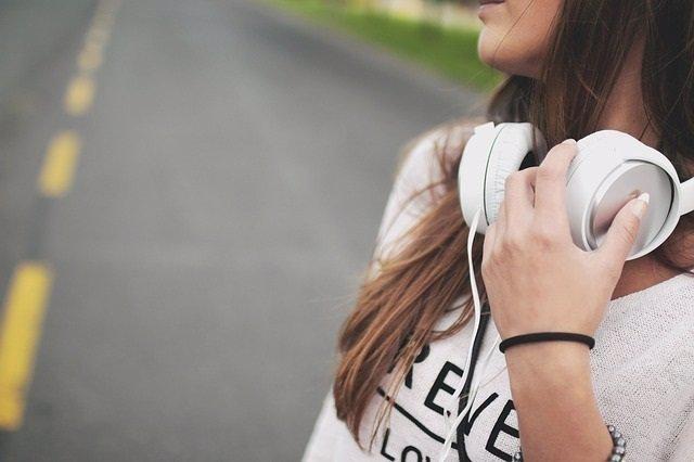 Mujer, cascos, música, carretera