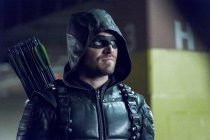 Stephen Amell (Arrow) revela el regreso y su alianza con un brutal supervillano para acabar con Prometheus