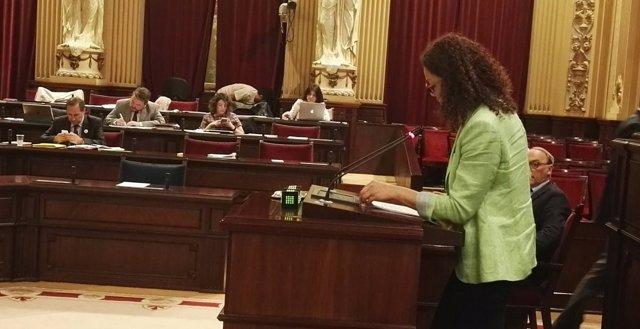 La consellera de Hacienda, Catalina Cladera, en el pleno del Parlament