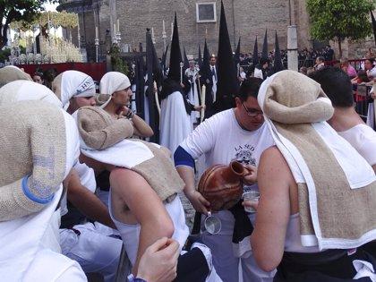 Estirar los pies durante los pasos de semana santa ayuda a los costaleros a evitar contracturas