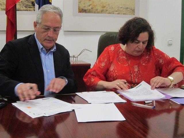 Martos y Bernal en la firma del convenio