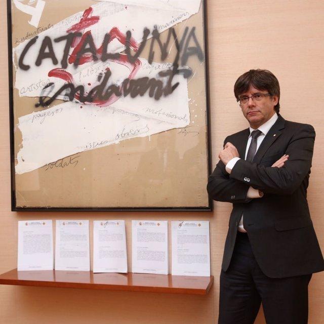 El pte.De la Generalitat C.Puigdemont con notificaciones recibidas del TC