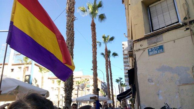 Una bandera republicana ante la placa de la División Azul repuesta