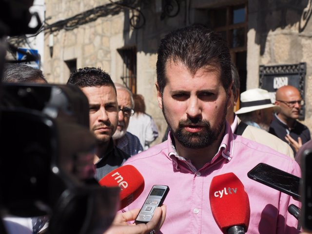 Ávila.- Tudanca, durante su atención a los medios
