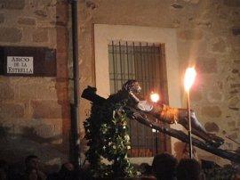 Hermanos de la cofradía del Cristo Negro de Cáceres desfilan este año tras veintiséis años de espera