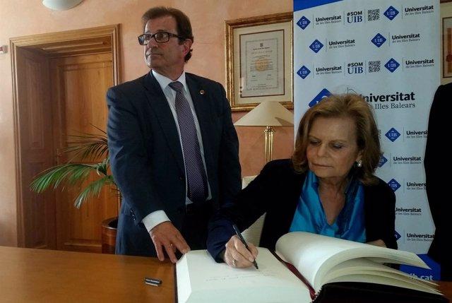 Carme Riera firma en el libro de la UIB con Llorenç Huguet