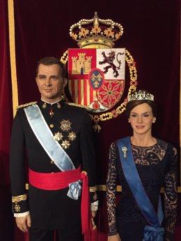 La nueva escultura de la reina Letizia junto al rey Felipe VI.