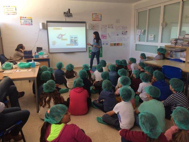 Escolares participan en uno de los talleres sobre promoción de la salud.