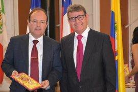 El catedrático David González Cruz recibe el I Premio Iberoamericano de Huelva a la 'Investigación'