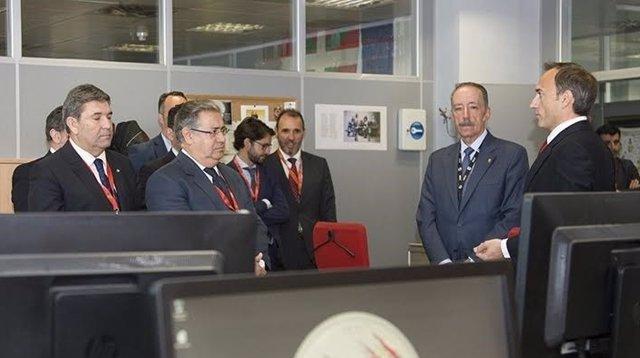 Zoido visita las instalaciones del Servicio de Información de la Guardia Civil