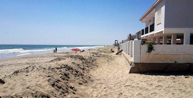 Cordón de arena en la zona de los chalés de La Antilla.