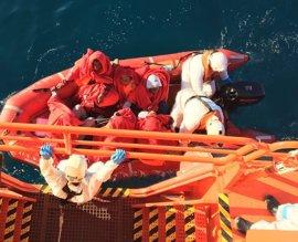 Dos fallecidos y un desaparecido tras volcar una patera en la Isla de Alborán