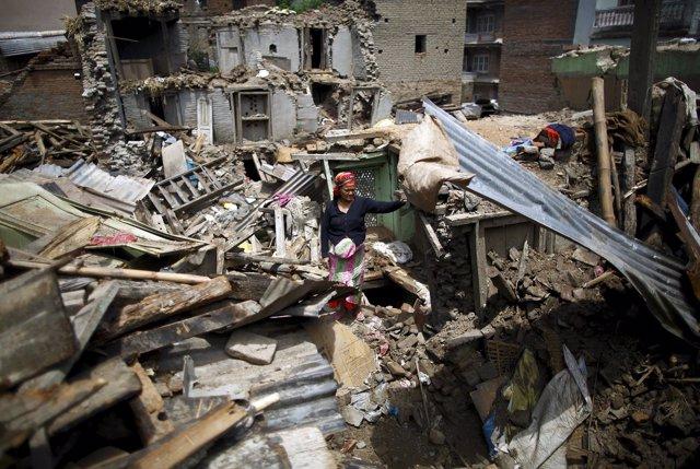 Una mujer entre los escombros tras un terremoto en Nepal.