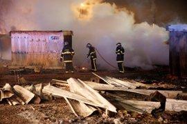 Francia asegura que no reubicará el campamento de refugiados calcinado el lunes por la noche