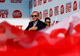 Los sondeos dan una ajustada ventaja al 'sí' en el referéndum constitucional en Turquía