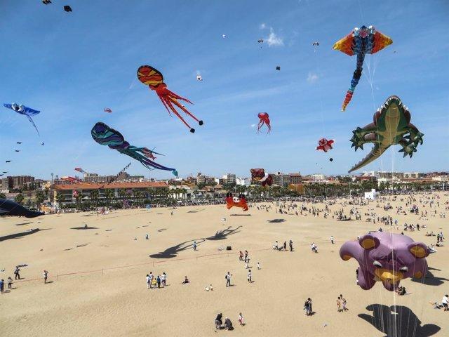 Cometas volando en la Playa de la Malvarrosa