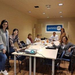 Representantes de la delegación catalana con miembros de Gasteiz On en Vitoria