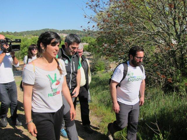 Teresa Rodríguez en el recorrido por un sendero en Trassierra