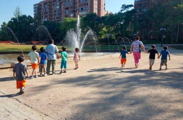 Cuidadoras y niños en un parque, Sename chile