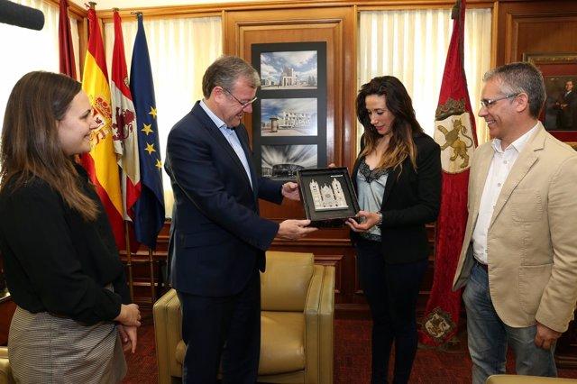 Silván entrega una placa de homenaje a Yohanna Alonso