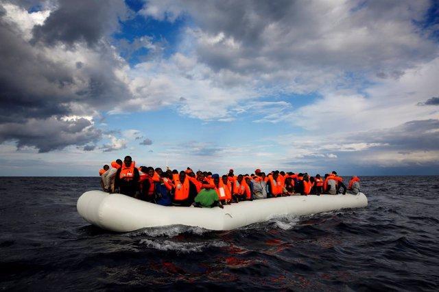 Inmigrantes en un bote en el Mediterráneo