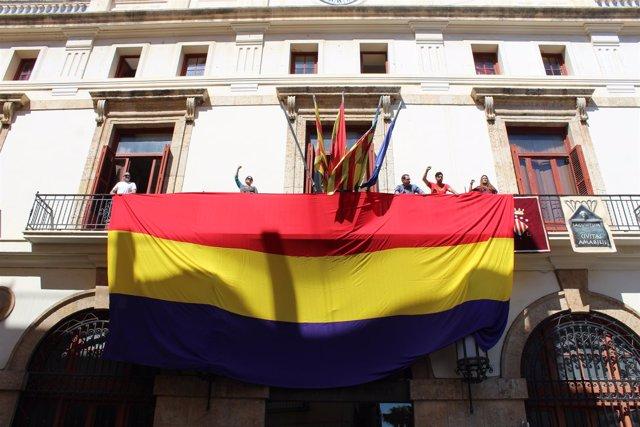 Bancera republicana en el Ayuntamiento de Sagunto