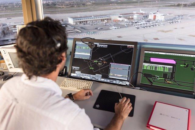 Controlador aéreo en torre de control del aeropuerto de Palma