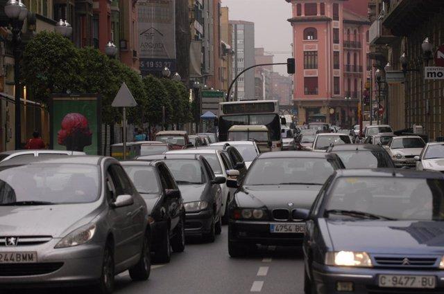 Vehículos en ciudad, en un atasco.