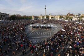 Miles de personas vuelven a salir a las calles de Budapest para protestar contra la ley de universidades