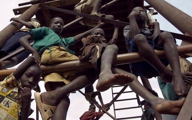 Niños en Uganda desplazados por el LRA
