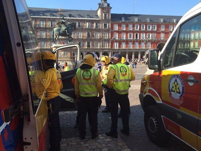 Efectivos del Samur-Protección Civil en Plaza Mayor