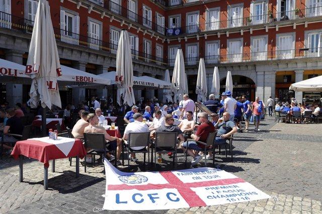 Aficionados del Leicester en la Plaza Mayor de Madrid