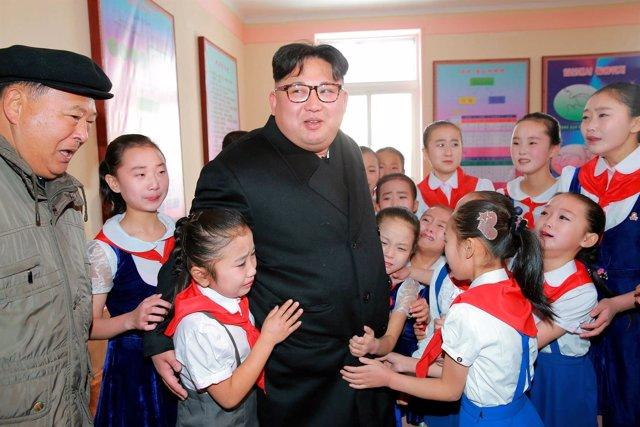 El líder norcorean Kim Jong Un junto a un grupo de estudiantes.