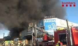 25 dotaciones de Bomberos trabajan en la extinción de un incendio en una nave de Palafolls