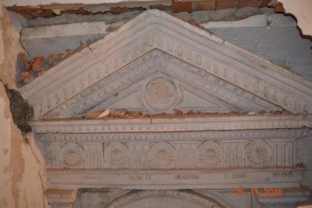 Parte de la fachada descubierta tras el tabique
