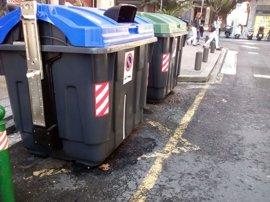 Calcinados cuatro contenedores y afectados por el fuego otros cuatro y un vehículo en Bilbao