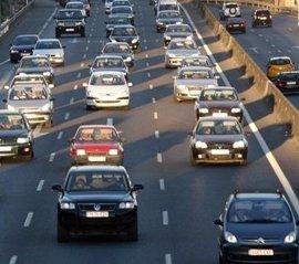 Retenciones de 19 km por tráfico desde Ontón y un accidente en Solares