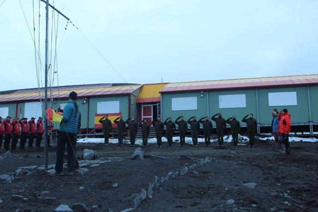 Arriado de bandera en la Campaña Antártica