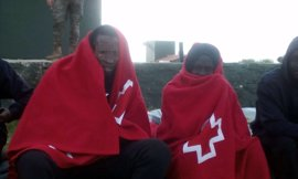Desembarcan en Tarifa 13 personas, una menor, procedentes de una patera
