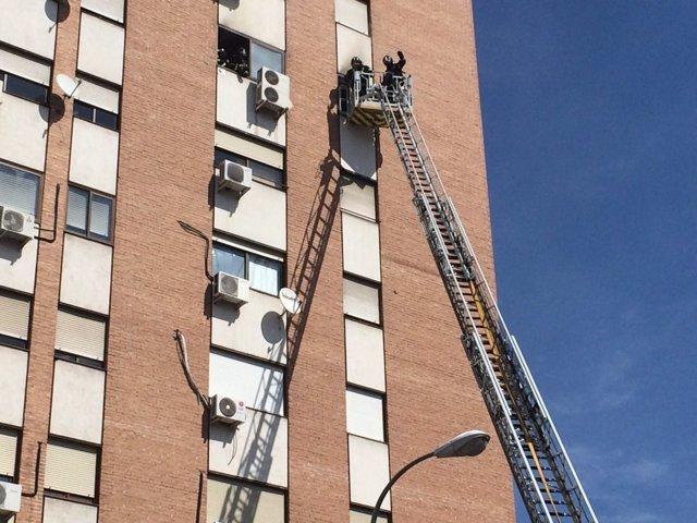Rescate de los Bomberos del Ayuntamiento de Madrid con escala