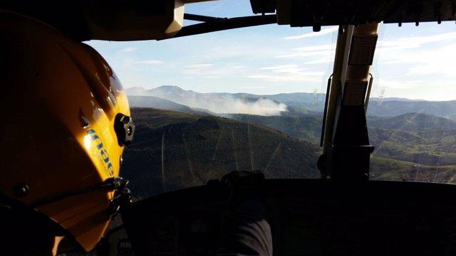 Incendio forestal en Cantabria visto desde el helicóptero