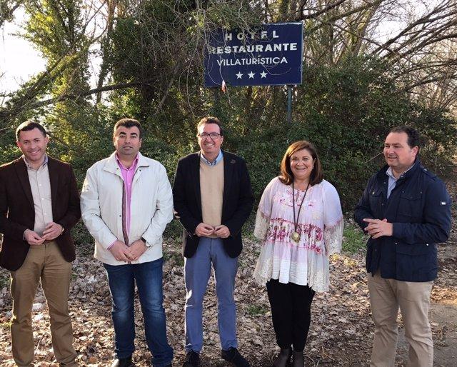 Visita de representantes del PP a la villa turística de Fuenteheridos, en Huelva