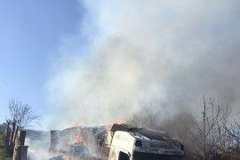 Un camión que transportaba pienso para ganado arde en Valdés