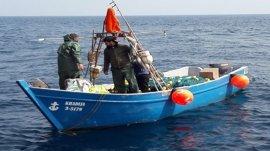 Trasladan a cuatro personas rescatadas de una embarcación pesquera a la deriva a 15 millas de Tarifa (Cádiz)