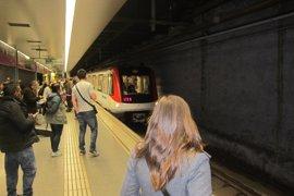 Dos mujeres denuncian a un hombre por increparlas en el Metro por ser lesbianas