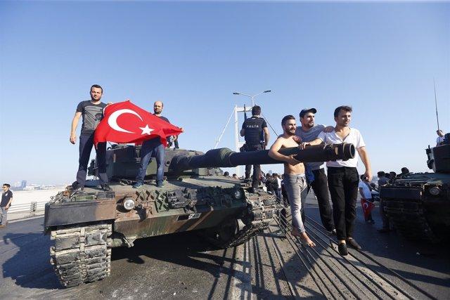 Manifestantes sobre un carro blindado tras el intento de golpe en Turquía