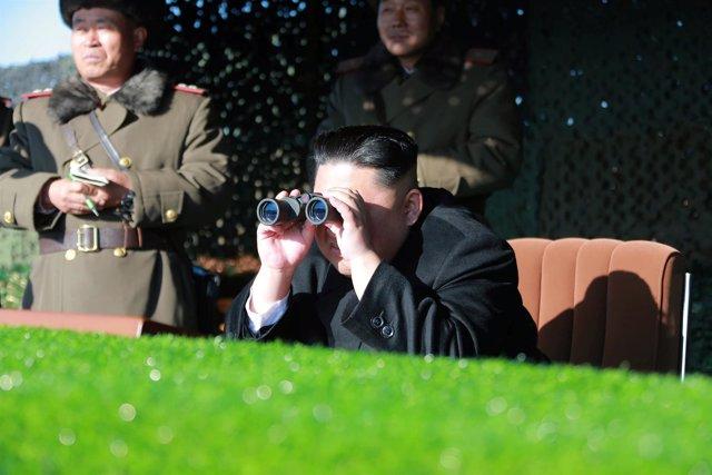 El dirigente de Corea del Norte, Kim Jong Un, observa unas maniobras