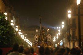 Varias estampidas interrumpen parcialmente el paso de algunas cofradías de la Madrugá de Sevilla